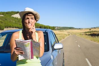 femme consulte carte routiere